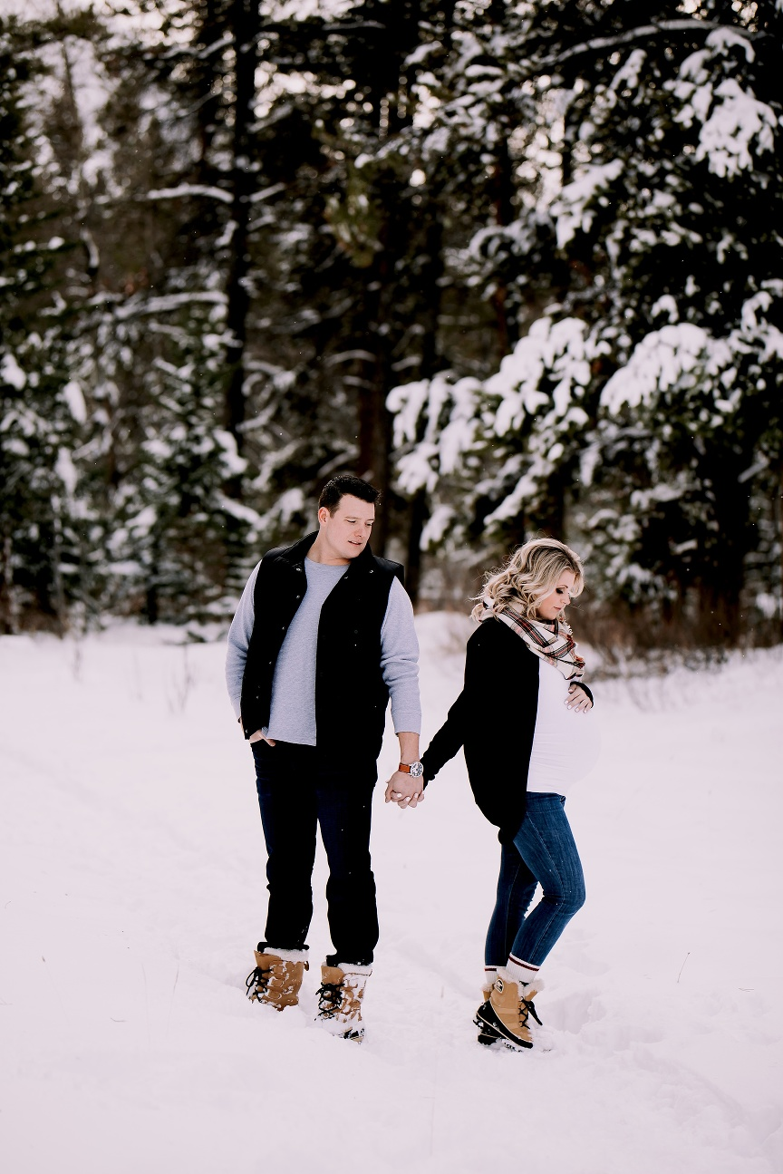 winter maternity photos in canmore